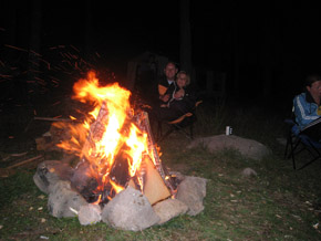 Приятно е вечер край огъня