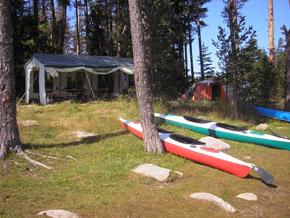 В шатрата за хранене има всички походни удобства за домакинството